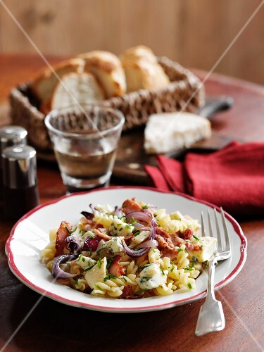 Fusilli with blue cheese, bacon and red onions