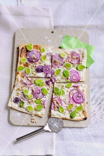 Tray-baked pizza with leek and red onions