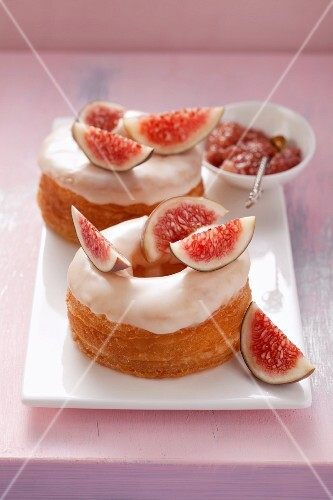 Fig doughnuts made from puff pastry