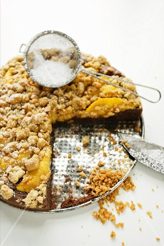 Streusel cake with mango, partly served