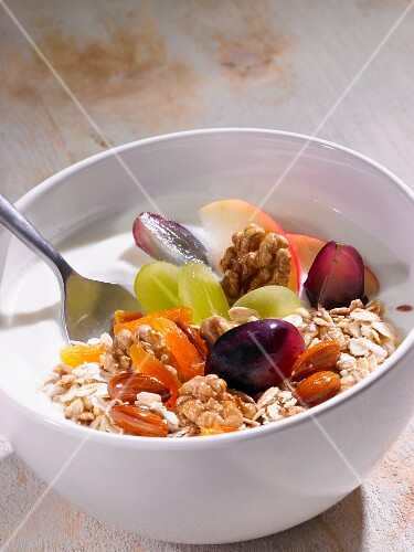 Muesli with grapes and nuts