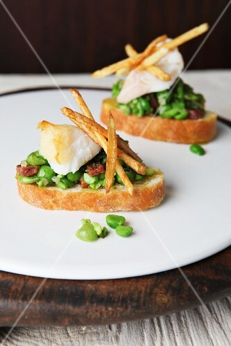 Crostini mit Bohnen, Fisch & Kartoffelsticks