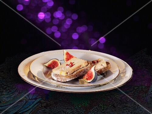 Slices of bread topped with foie gras and figs