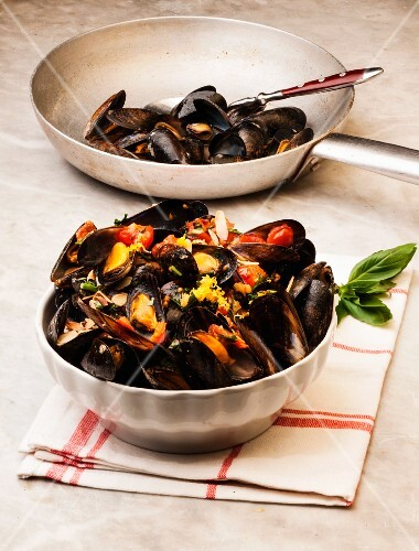 Mussels with almonds and lemon zest