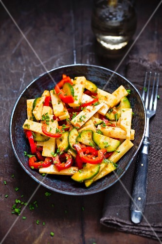 Emmental salad with courgette and peppers