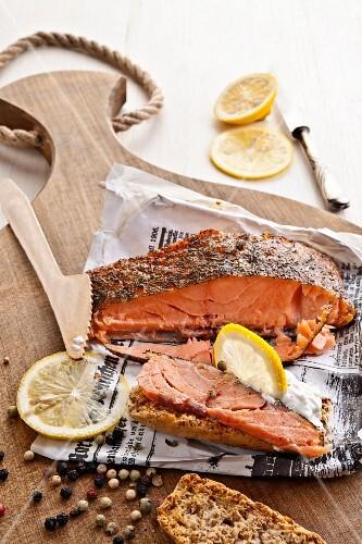 Home-made smoked salmon with peppercorns and lemon