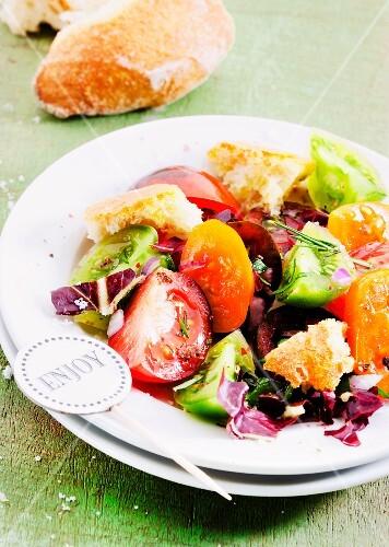 Colourful tomato salad with bread