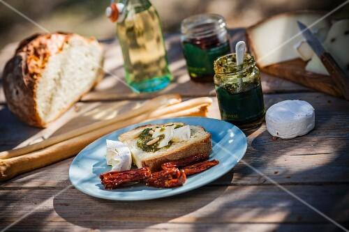 Bruschetta al pesto e formaggio (toast with pesto and cheese)