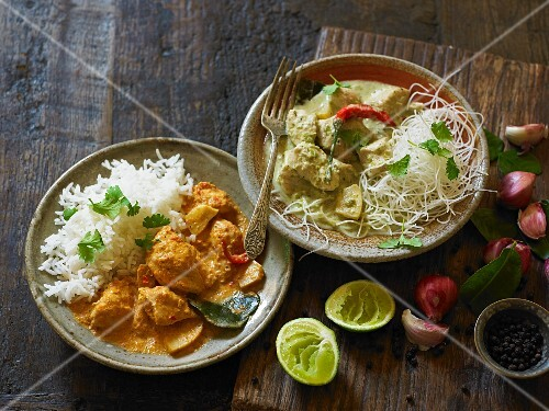 Red and green chicken curry with rice and noodles (India)