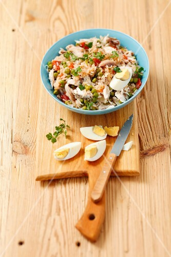 Rice salad with smoked mackerel, peas, tomatoes and egg