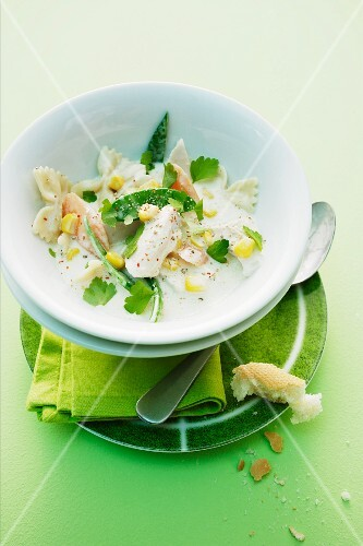 Hühnchen mit Zuckerschoten, Mais und Nudeln in Sahnesauce