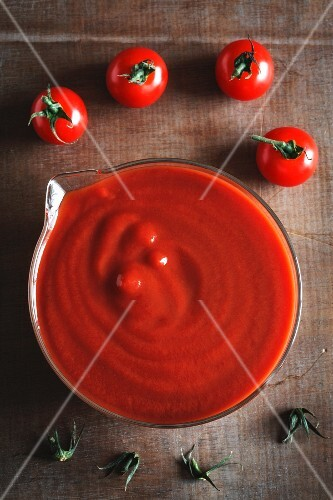 Cherry tomatoes and puréed tomatoes