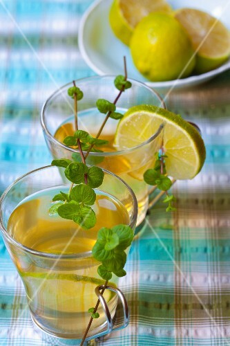 Peppermint tea with limes