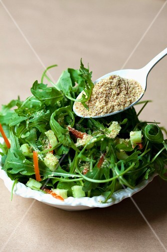 Rocket salad with wheatgerm and vegetables