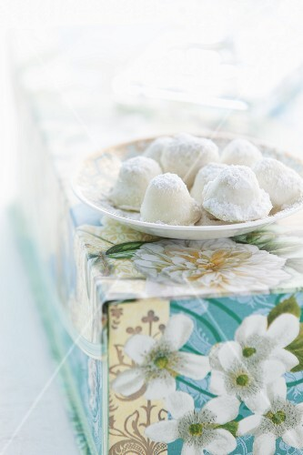 Bundt cake pralines with a white glaze and icing sugar