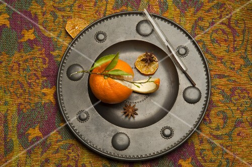 An orange with star anise and vanilla