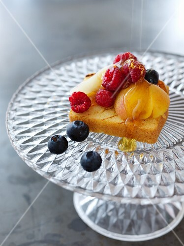Melba toast topped with fruit and honey