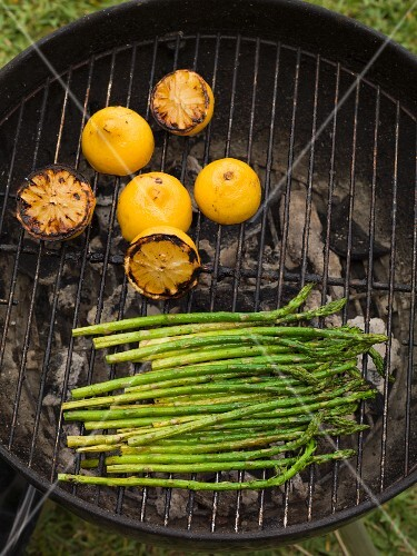 Grilled green asparagus and lemons