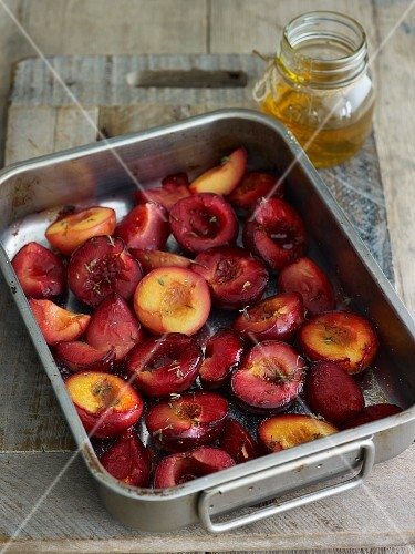 Baked plums with thyme