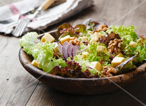 Mixed leaf salad with cheese, walnuts and onions