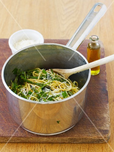 Spaghetti with asparagus, mange tout and olive oil