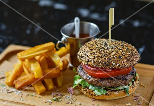 A beefburger with chips