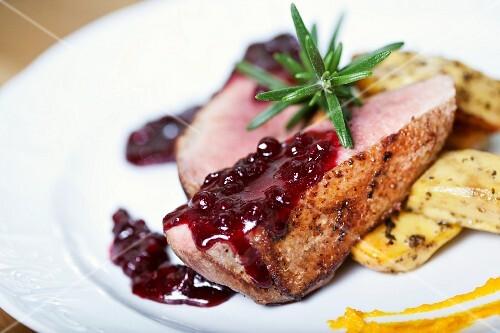 Entenbrust mit Cranberrysauce und Rosmarin