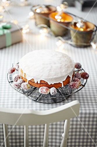 Sponge cake with sugared grapes