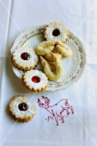 Jam shortbreads and Vanillekipferl (cresent-shaped vanilla biscuits) on a plate