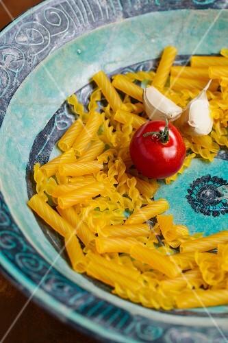 Spirelli made from corn flour (gluten-free), a tomato and garlic