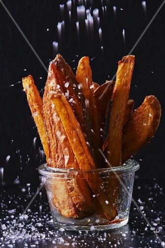 Pommes frites im Glas salzen