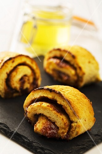 Tea rolls with honey and apricot jam