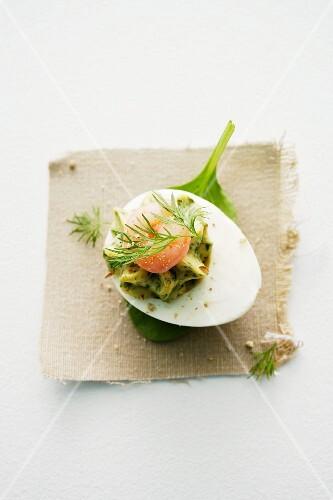 Eier mit Kräutercreme und Shrimps