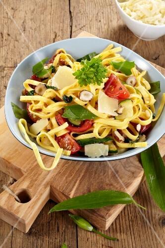 Pasta salad with wild garlic, tomatoes and hazelnuts
