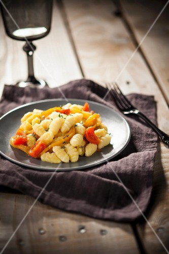 Gnocchi al peperone e pomodoro (gnocchi with peppers and tomatoes)