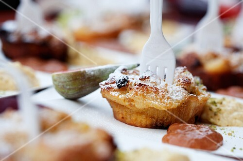 A muffin with icing sugar and figs