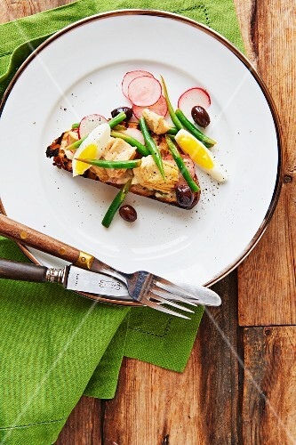 Tartine with green beans, artichokes, olives and radishes