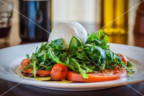Tomato salad with mozzarella and rocket