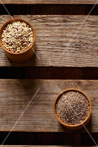 Canihua and quinoa in wooden bowls