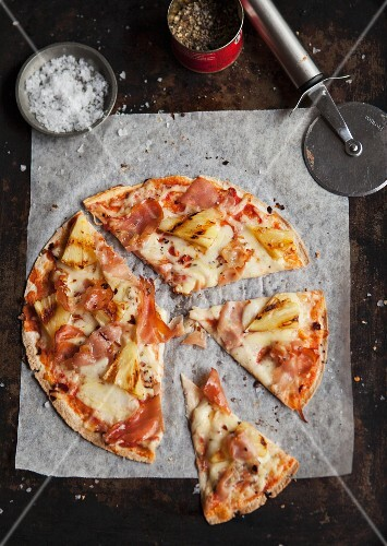 Pizza Hawaii with ham and pineapple