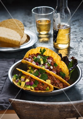 Tacos with chilli con carne, onions and avocade (Mexico)