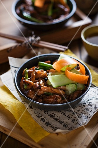 Chicken in a garlic and honey marinade with vegetables (Asia)