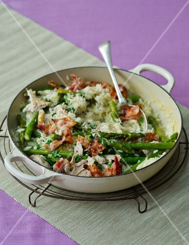 Asparagus risotto with chicken, peas and ham