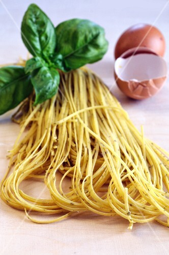 Flavoured pasta: tagliolini with egg and basil