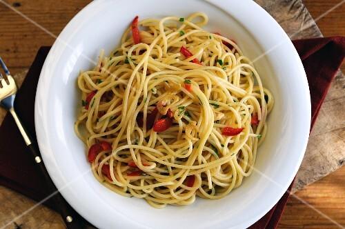Spaghetti aglio, olio e peperoncino (Spaghetti mit Knoblauch, Öl und Chilischoten)