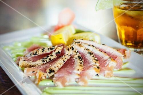 Flash fried tuna with sesame seeds (Asia)