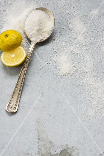 Two slices of yuzu and agar-agar on a spoon and sprinkled all around