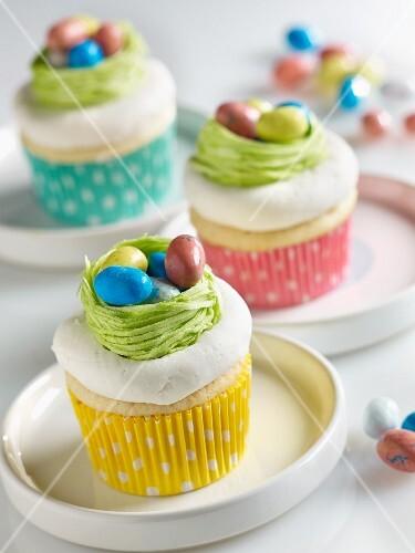 Cup Cakes mit fröhlichem Osternest