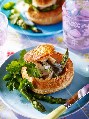 Vol-au-vents with chicken and asparagus