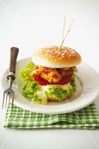Escalope burger with tomatoes, mayonnaise and salad
